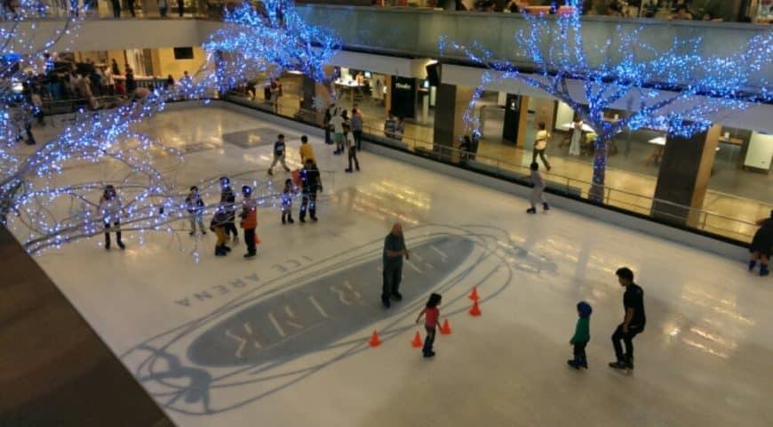 Eislaufen im Central World Einkaufszentrum für Kinder in Bangkok